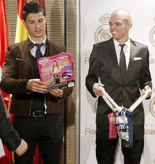 Cristiano Ronaldo e Pepe participam de entrega de presentes em campanha promovida pela Fundação Real Madrid