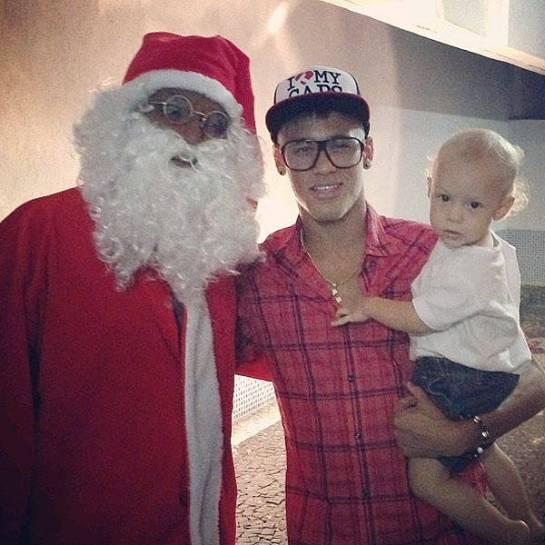 """O jogador Neymar também divulgou uma foto no Instagram ao lado do """"bom velhinho"""""""