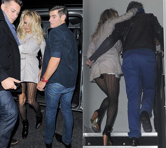 Pamela Anderson deixa calcinha aparecer após sair de boate em Londres