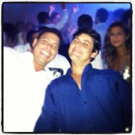 Ronaldo comemorou com Bruno de Luca em Punta del Este, ao fundo o suposto affair do ex-jogador