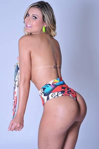 A vice miss bumbum Andressa Urach dispensou o uso de photoshop no seu novo ensaio para fotos de seu novo potfólio de trabalho