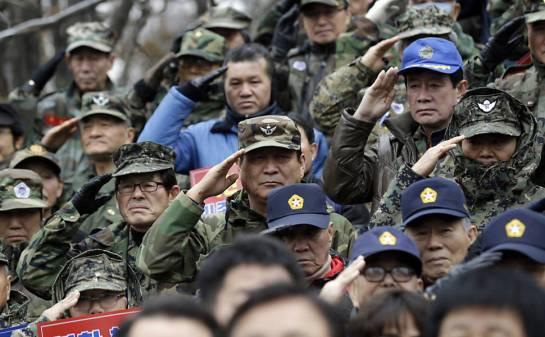 Soldados sul-coreanos se manifestam contra um possível teste de míssil nuclear da Coreia do Norte em Seul, na Coreia do Sul